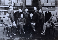 Londýn (červen 1923): s kolegy ze Školy slovanských studií v Londýně v červnu roku 1923 (stojící zleva: D. Subotič, L. Wharton, A. Raffi, D. S. Mirsky, N. B. Jopson, O. Vočadlo, sedící zleva: A. F. Meyendorff, B. Pares, R. Dyboski, R. W. Seton-Watson).
