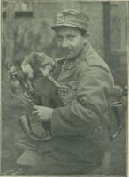 Josef Čejka u píseckého pluku č. 11. hraje v zákopech r. 1917 krajanům.